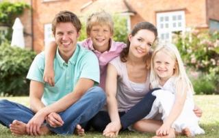 תמונה של משפחה לאחר טיפול רגשי לילדים