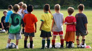 ילדים משחקים כדור רגל