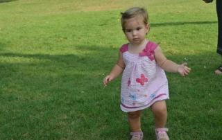 ילדה לומדת ללכת