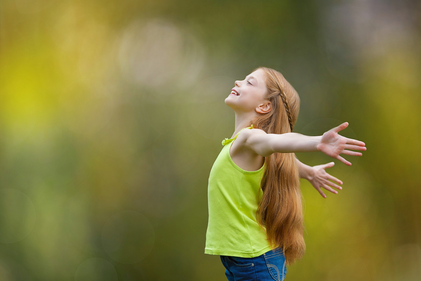 ילדה חופשיה ומאושרת
