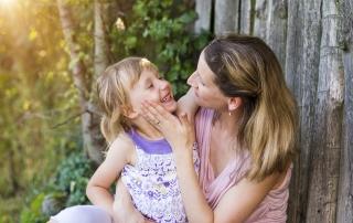 אמא וילדה מאושרות יחד