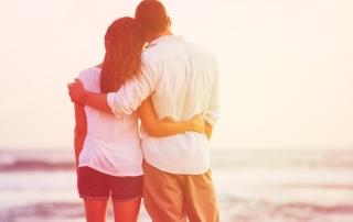 זוג אוהב מביט בים