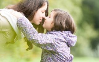 אמא וילדה מביטות זו בזו בפארק