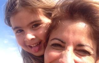 אמא וילדה מאושרות