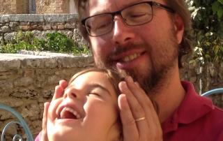 אבא וילדה נהנים יחד
