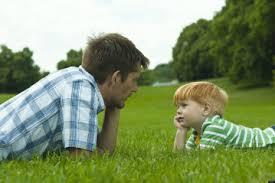 הורה מביט בילד שלו