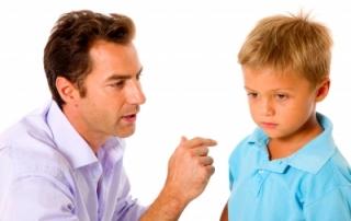 אבא מדבר אל הילד שלו והילד לא מקשיב