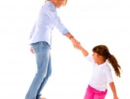 אמא יוצרת קשר עם הבת שלה