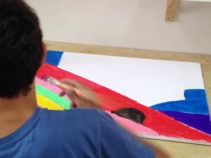 נער מצייר בטיפול באומנות