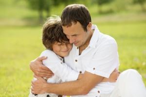 הורה מרגיע את הילד שלו