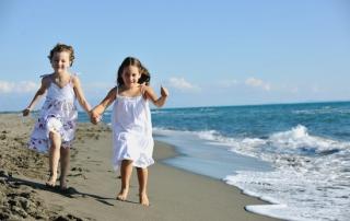 ילדים מאושרים רצים בים