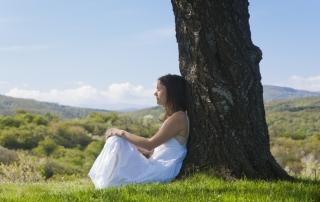 אישה רגועה בטבע