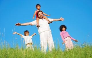 משפחה מאושרת אבא וילדים