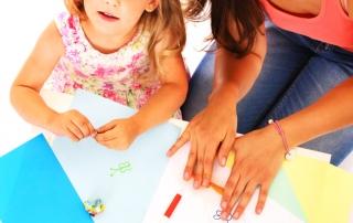 אמא וילדה מציירות יחד