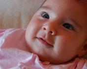 תינוקת מחייכת
