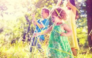ילדים נהנים בטבע
